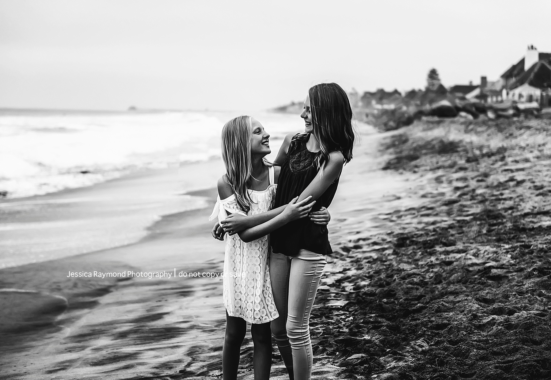 family beach picture ideas black and white sisters hugging