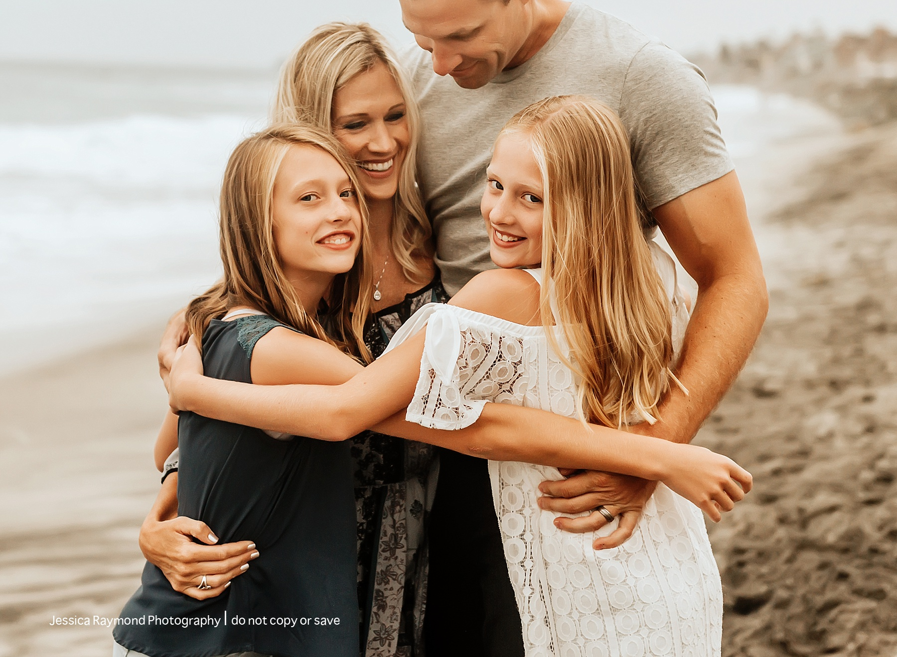 family beach picture ideas family of 4 hugging