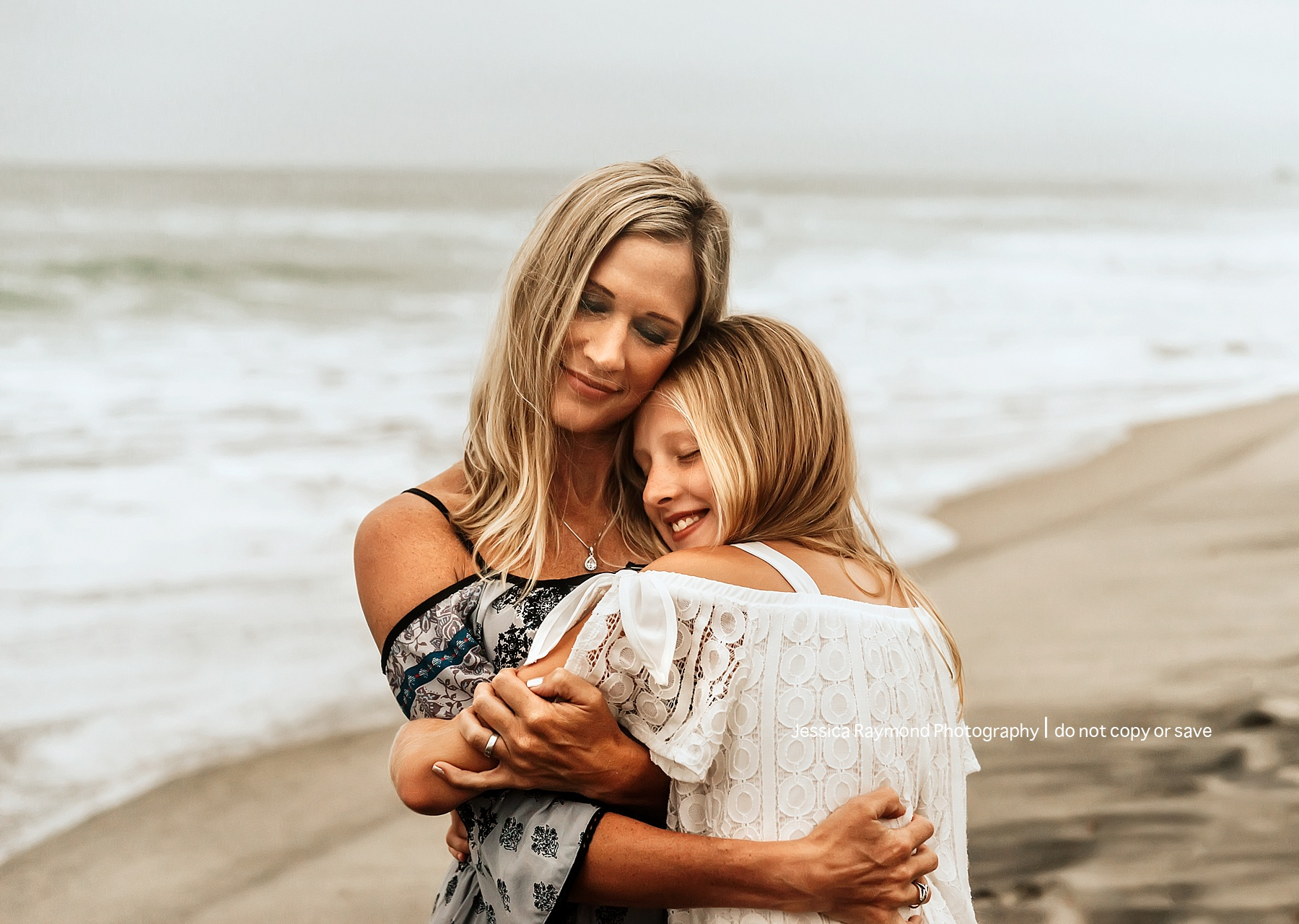 family beach picture ideas mom hugging daughter