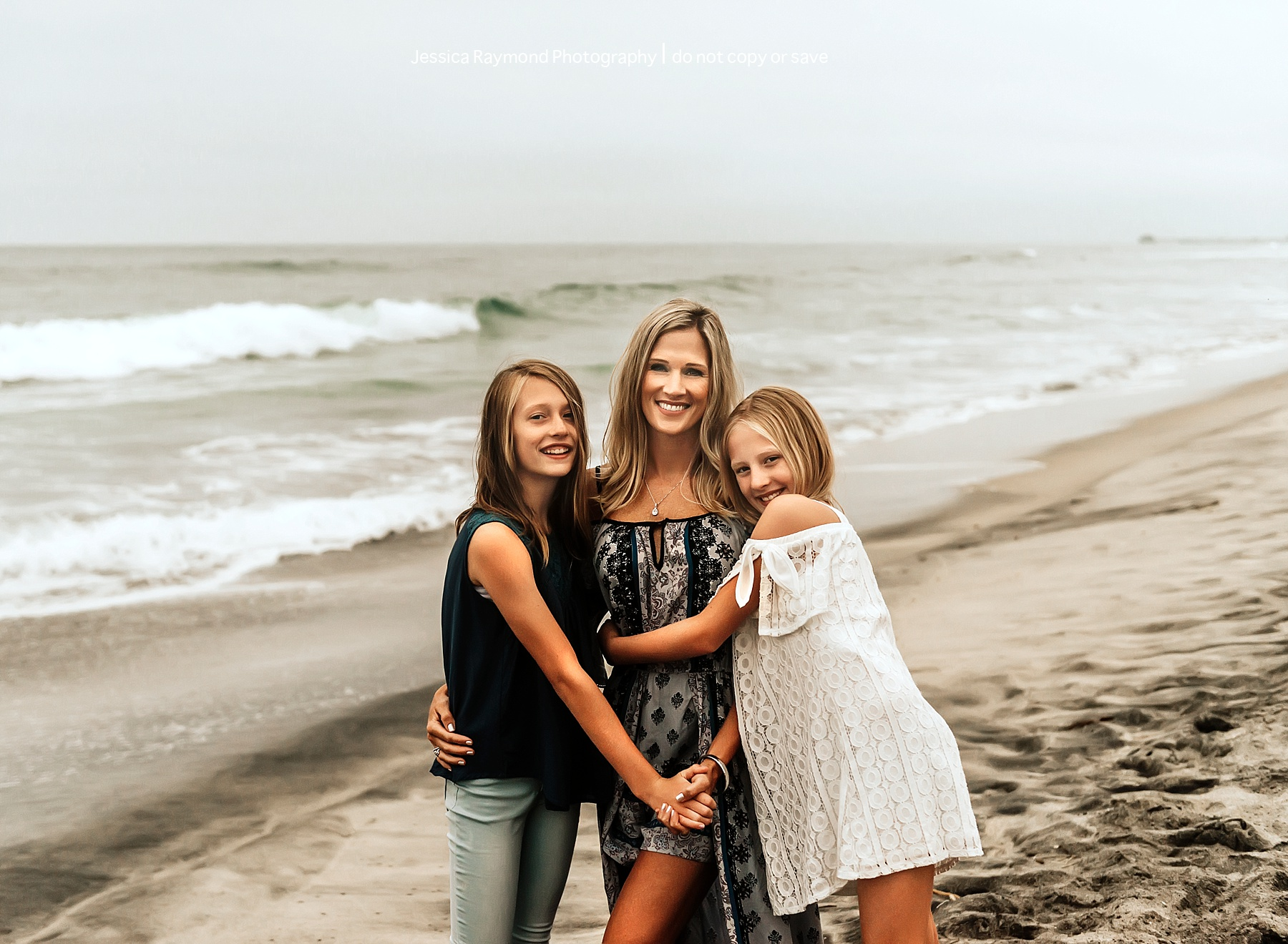 family beach picture ideas mom hugging daughters