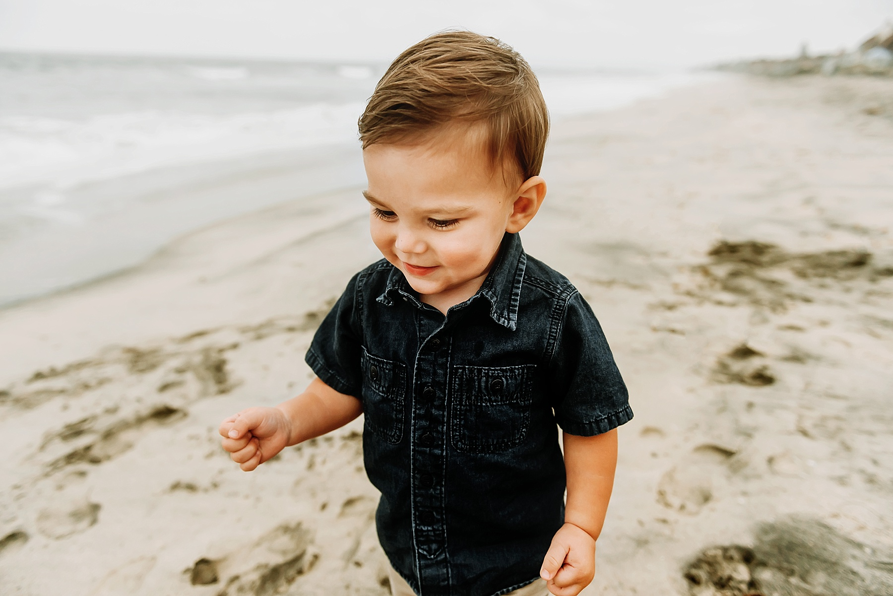 fun beach family pictures little boy