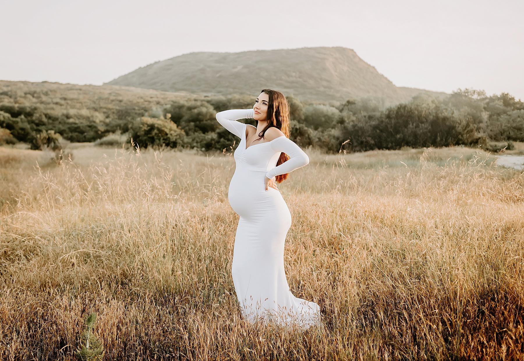 pregnancy photos in tall grass pose idea