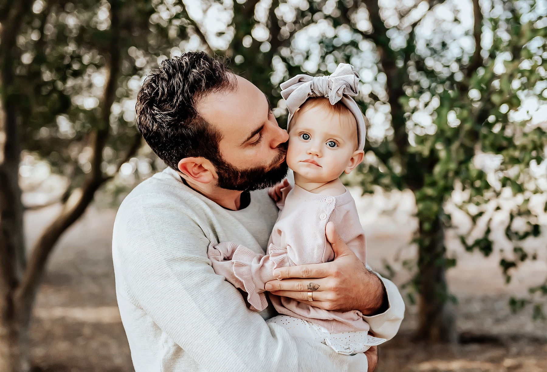 san diego family photographer dad kissing daughter pose